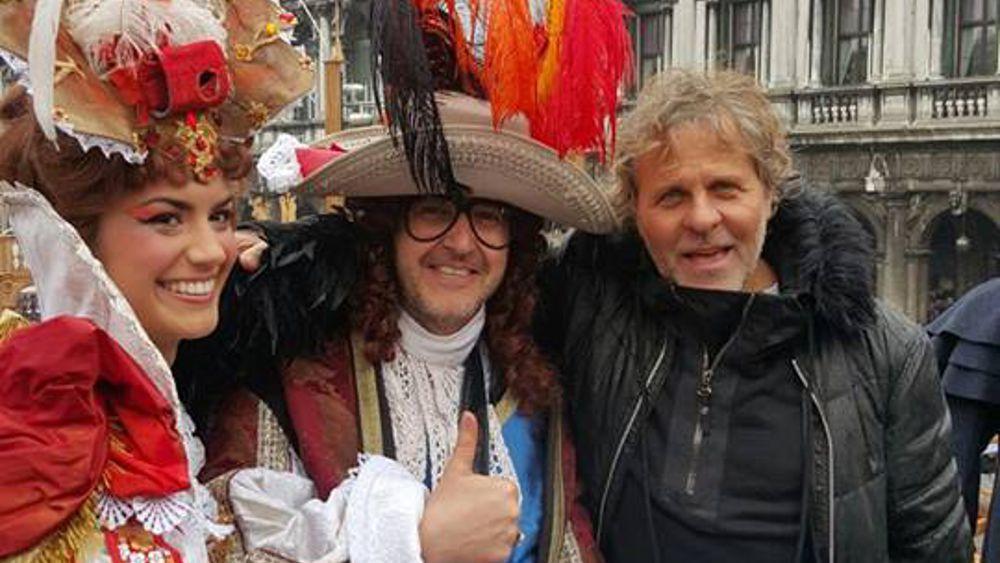 Elicottero Renzo Rosso : Carnevale anche renzo rosso in piazza a venezia