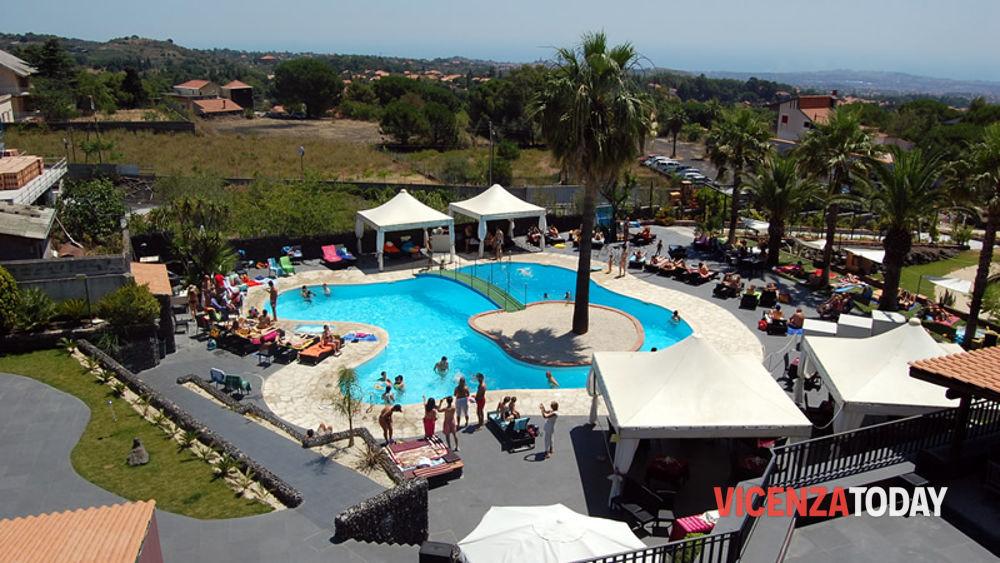 Apertura estiva per la piscina dell hotel villa michelangelo for Piscina campolongo