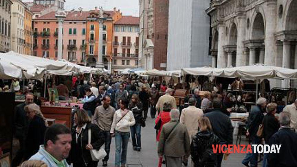 Equo solidale in piazza a castello a vicenza il 12 maggio 2012 for Mercatino antiquariato vicenza